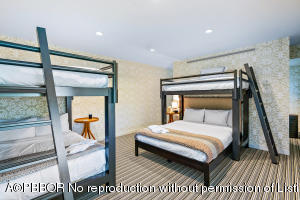 Queen size bunk room 1
