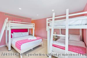 Queen size bunk room 2
