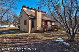 3BD/2BTH Contemporary w/ open floorplan on 0.33 wooded acres.