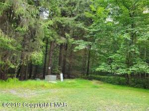 17 Oak Leaf Ln, Pocono Lake, PA 18347