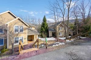472 Spruce Dr, Tannersville, PA 18372