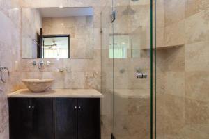 PVRPV - 7-main-bed-bath-1-8923-HDR