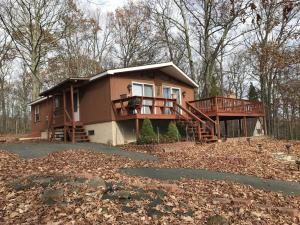 127 Log Cabin Dr, Lackawaxen, PA 18435