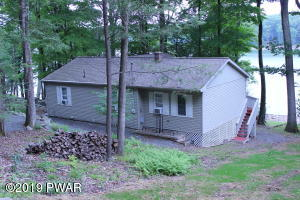 426 Lakeside Dr, Lakeville, PA 18438