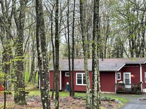 802 Spur Ct, Lords Valley, PA 18428