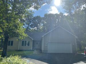 101 Pommel Dr, Lords Valley, PA 18428