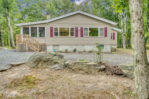 517 Maple Ridge Dr, Lords Valley, PA 18428