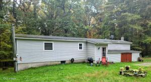 130 Wooded Acres Dr, Greeley, PA 18425