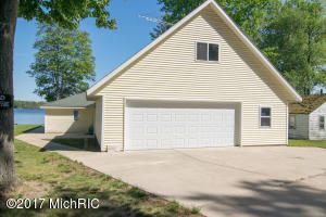 1022 S Woodland Avenue, White Cloud, MI 49349