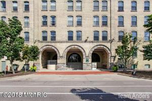 940 Monroe Avenue NW, 550