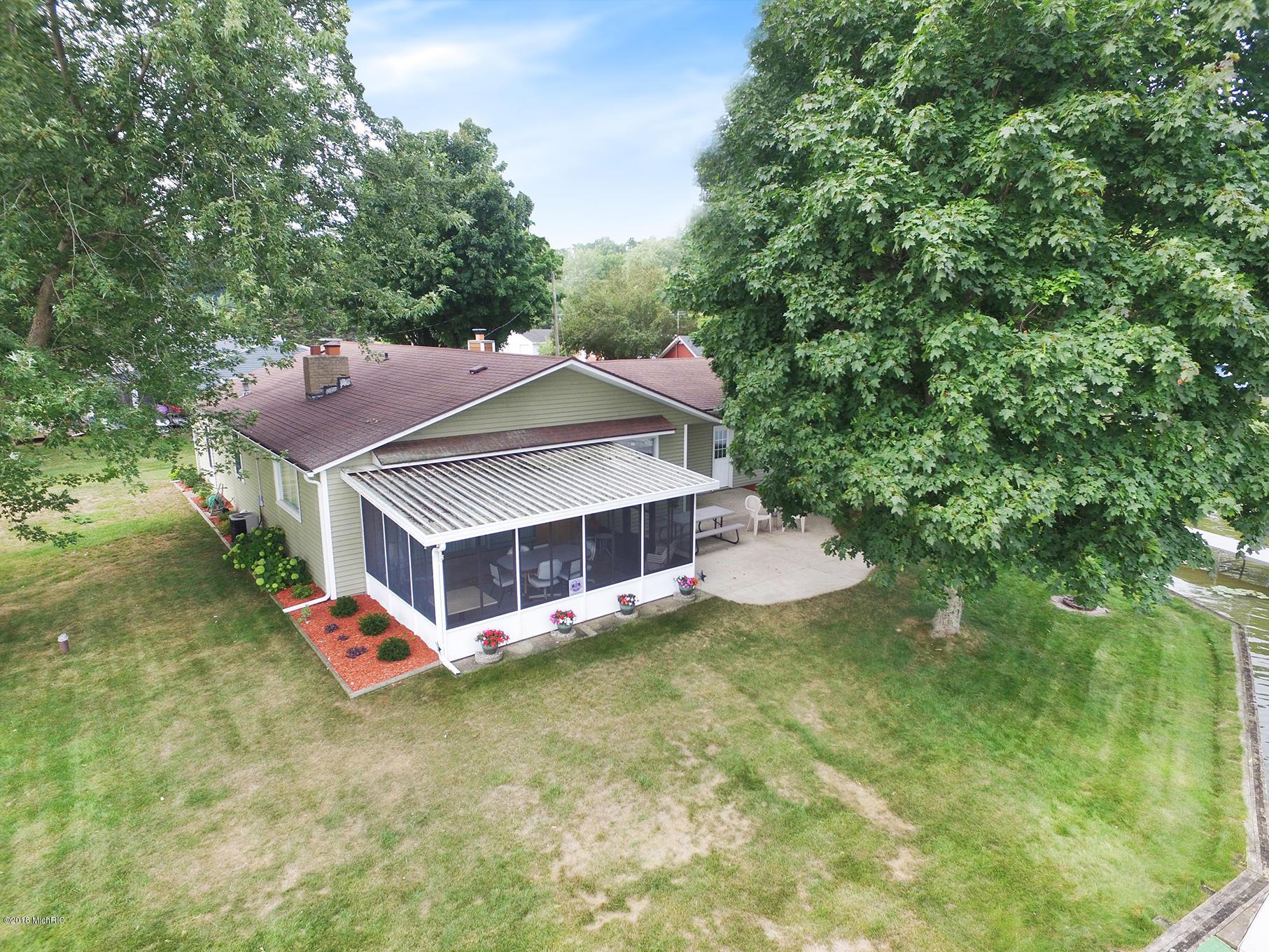 Aerial of screen porch & yard