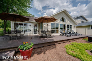 1128 N Eagle Lake Drive, Kalamazoo, MI 49009
