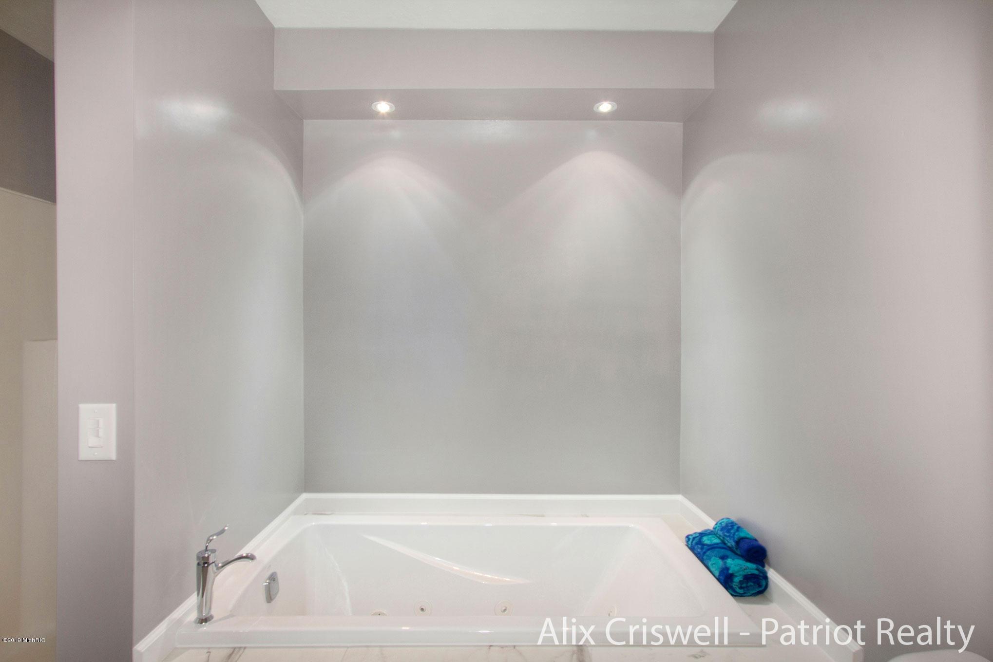 6079 126th Master Bathroom Whirlpool Tub