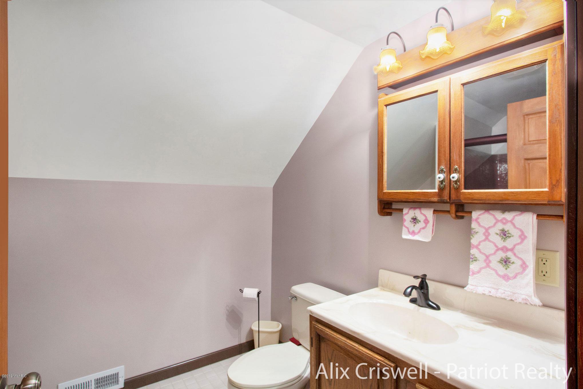 6079 126th Upper Full Bathroom -9735