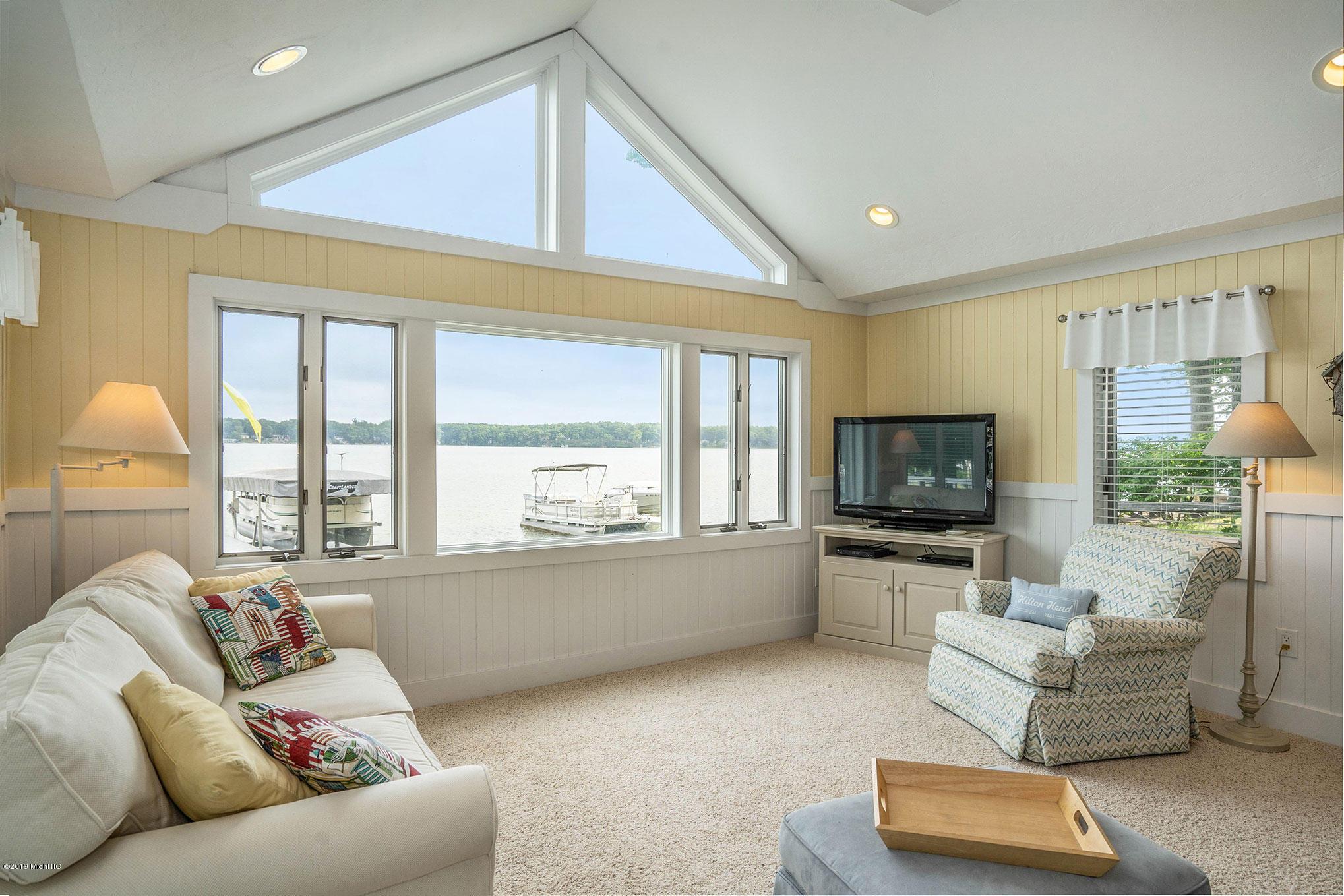 Living room - fantastic lake views