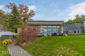 17907 N Fruitport Road, Spring Lake, MI 49456