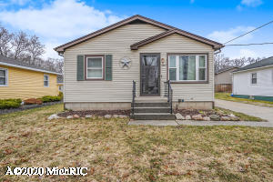 Virtual Open House!!!!!Beautiful 3 bedroom home located on a tree lined cul-de-sac street just minutes from Rivertown Crossings, grocery stores, and only a 10 min drive to the heart of Grand Rapids.