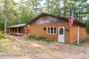 9215 Powell Lake Road, Munising, MI 49862