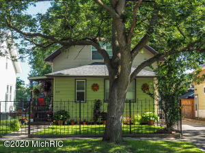 Great 3 bedroom, 1 bathroom home in Grand Rapids! Call for your private showing today! Seller is a licensed real estate agent in the state of Michigan