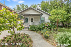 Super cute 2 bed room home in riverside gardens. Great space with a living room and man floor family room, sliders to a deck to enjoy the back yard. Close to riverside park trails for biking, walking and disc golf.
