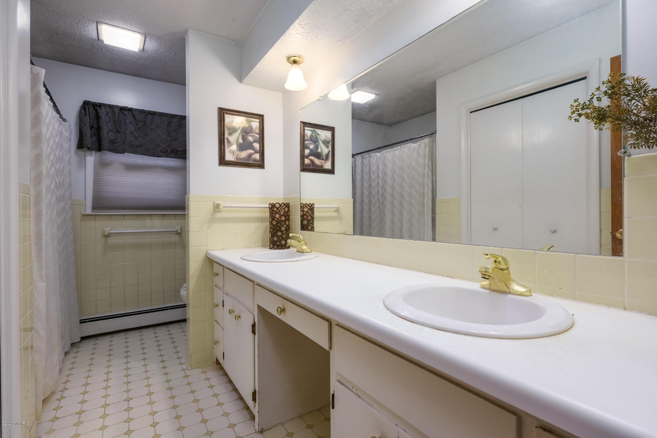 Sold 605 Weaver Avenue Kalamazoo Mi 49006 3 Beds 2 Full Baths 1 Half Bath 214 000 Mls 20044735