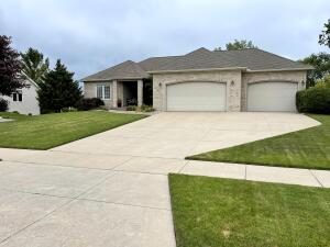 Well maintained, spacious open floor plan home.  The basement is fully finished with wet bar area.It has LAKE ACCESS and is in Georgetown Shores Association.  $300 in dues annually.