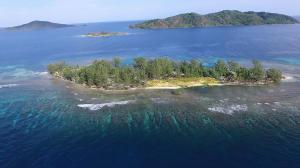 in Cayos Cochinos, Upper Long Cay: Lot 11, Roatan,