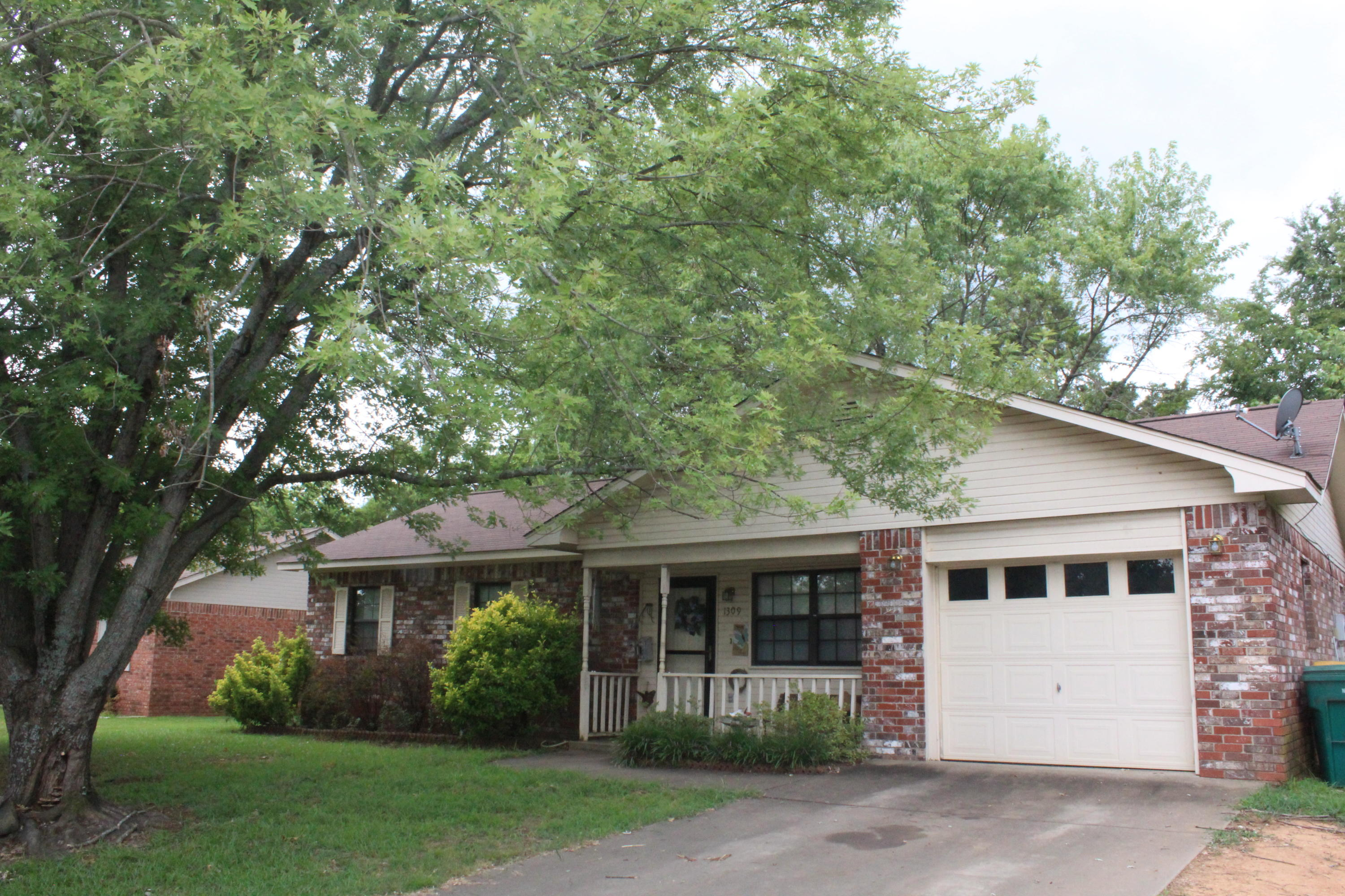 Large photo 4 of home for sale at 1309 Oswego Avenue, Russellville, AR