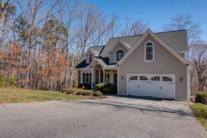 235 Waverly LN, Moneta, VA 24121