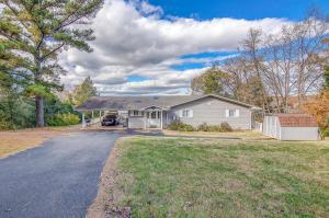 125 GROSS POINT DR, Huddleston, VA 24104