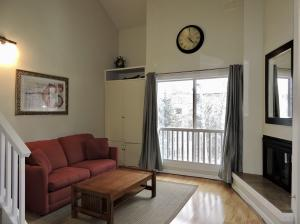 Cozy 1 Bd with southern exposure, covered parking, elevator access and Elkhorn amenities.