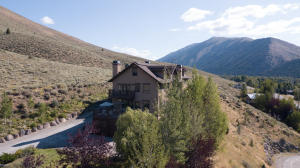 Mountain Majestic. Looking for amazing views and sun? Want a private location with great access to trails and public lands and Sun Valley amenities? Enjoy hosting and want room for all? You've found it! Perched on the hill with multiple balconies featuring sunshine and views.