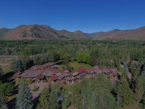 Log lodge on 4.29 acres 10 minutes from Sun Valley