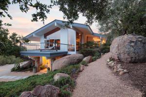 Set on 1 acre of Oaks & Boulders