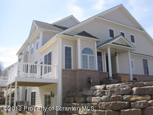 2001 Robinson Close, Moosic, PA 18507