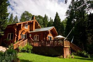 Magnificient Handcrafted Cedar Log Home in prestigious Woodridge Estates