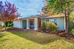 6886 Creekside St, Redding, CA 96001