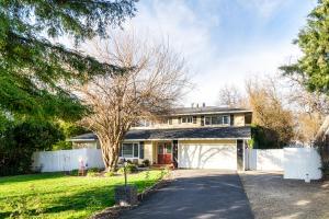 3210 Forest Hills Dr, Redding, CA 96002