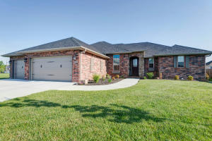 Welcome Home to 455 E. Lombardy, Republic, MO