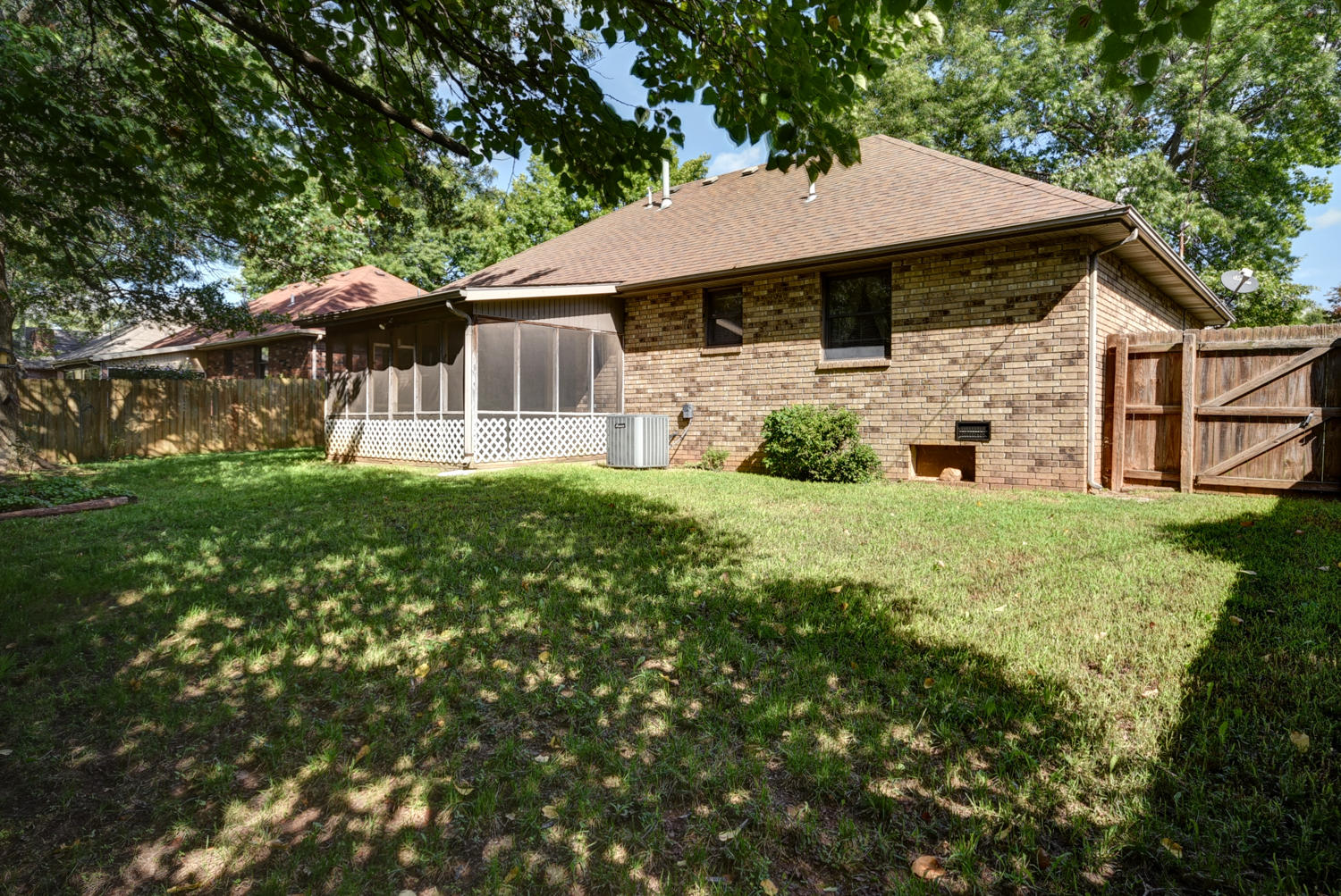 1042 West Whiteside Street Springfield, MO 65807