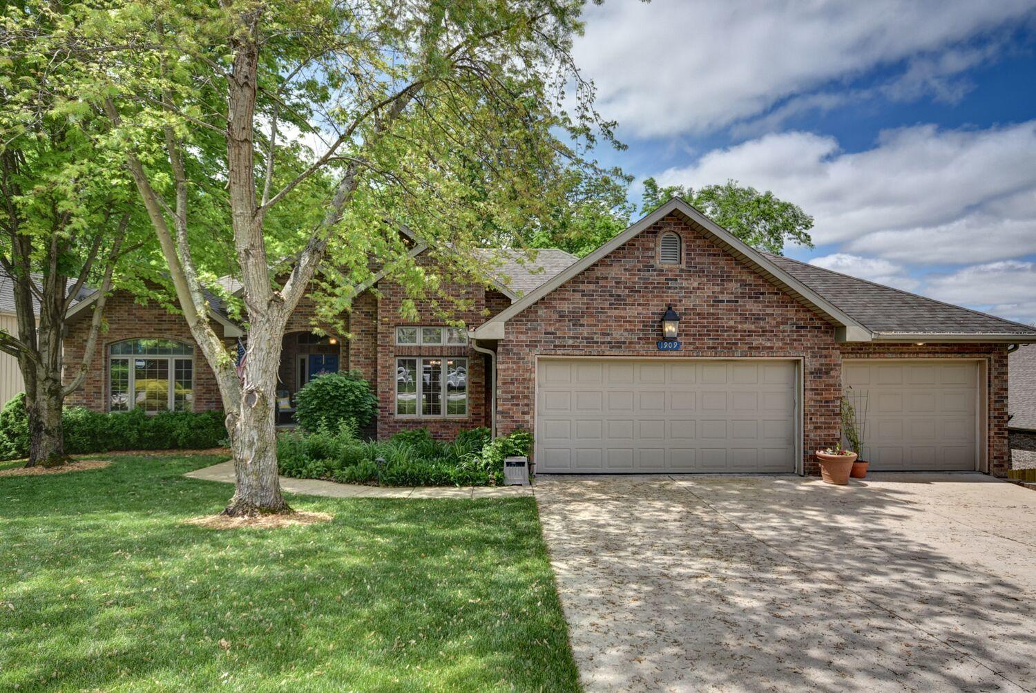 1909 South Pin Oak Drive Springfield, MO 65809