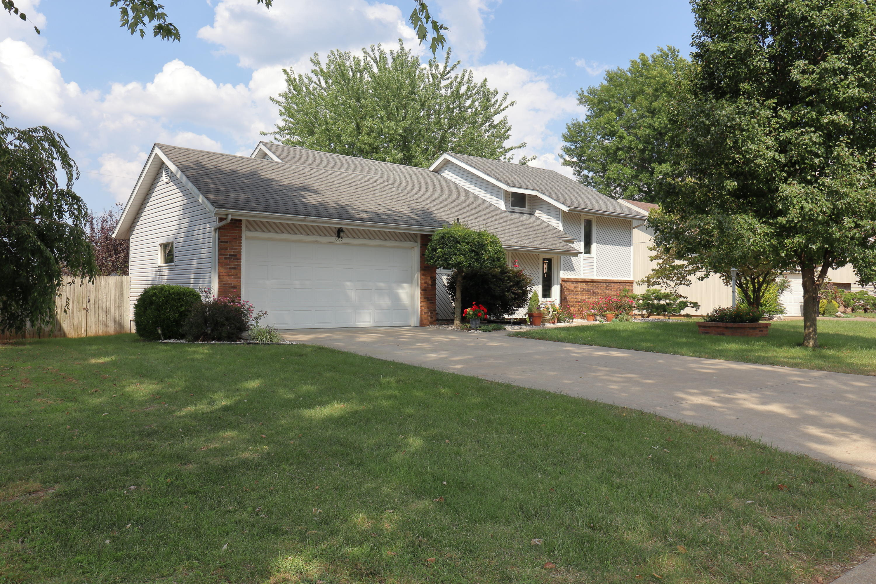 1217 East Knobhill Street Springfield, MO 65804