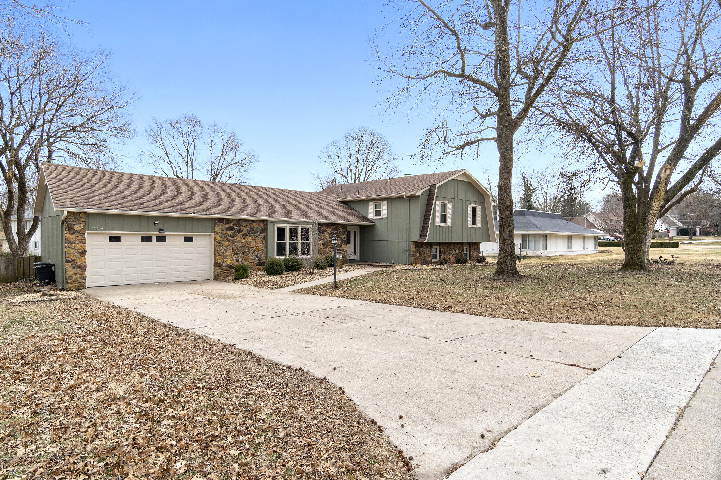 2434 South Camber Avenue Springfield, MO 65809