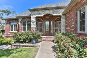 5977 Lakepoint Drive South, Springfield, MO 65810