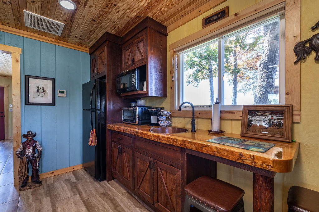 4184 Round Mountain Road Walnut Shade, MO 65771