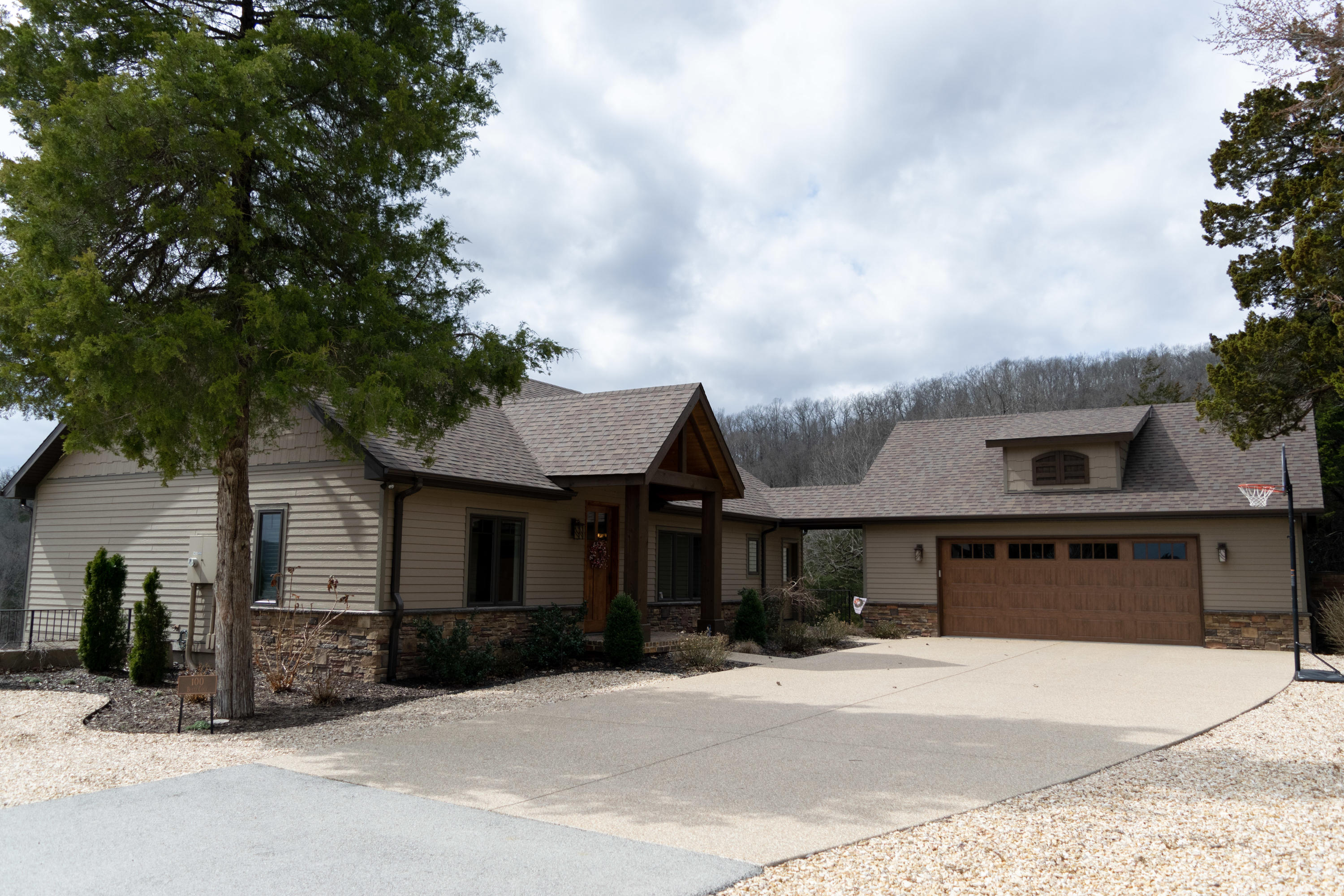 100 Bluff Cove Blue Eye, MO 65611