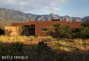 Designed by Mithun of Seattle, the villa was built to blend seamlessly into the desert surroundings.