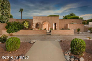 5 BEDROOMS AND 3 BATHROOMS; SPACIOUS ROOMS; MASONRY, CONSTRUCTION, LOVELY ENTRANCE COURTYARD, GRACEFUL ARCHES.