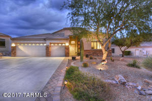 Located on the cul-de-sac, this lovely 3 car garage Everest model glows at dusk.