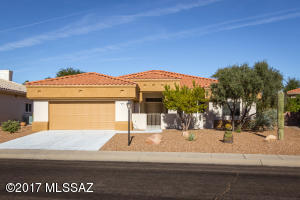 Sun City Oro Valley - Well maintained/move in ready 2,046sf 2BR/2½BA+den w/newer carpet & tile.